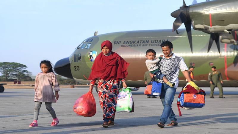 Pengungsi korban konflik di Wamena turun dari pesawat setibanya di Lanud Halim Perdanakusuma, Jakarta, Kamis (3/10/2019). Sebanyak 51 korban konflik di Wamena tersebut dievakuasi dengan menggunakan pesawat Hercules C130 milik TNI Angkatan Udara. - Antara
