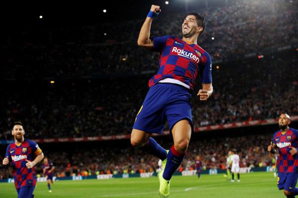 Striker FC Barcelona Luis Suarez selepas mencetak gol pertama timnya ke gawang Sevilla. - Reuters/Albert Gea