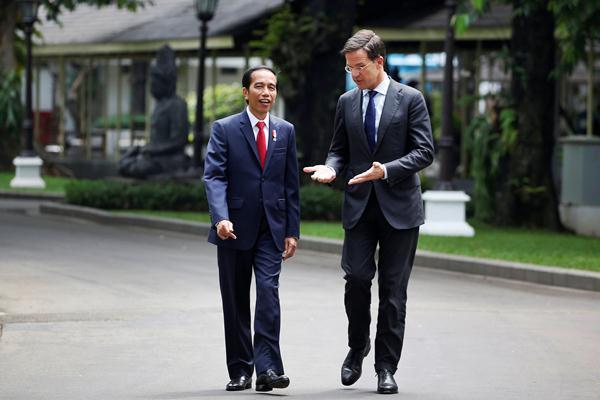 Presiden Joko Widodo (kiri) berjalan bersama Perdana Menteri Kerajaan Belanda Mark Rutte saat kunjungan kerja di Istana Merdeka, Jakarta, Rabu (23/11). - REUTERS/Darren Whiteside