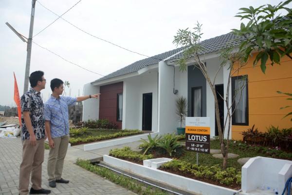 Direktur PT Bukitnusa Indahperkasa Cornelius Widjaja dan Direktur Daniel Chandra sedang mengamati rumah contoh tipe Lotus. - Bisnis