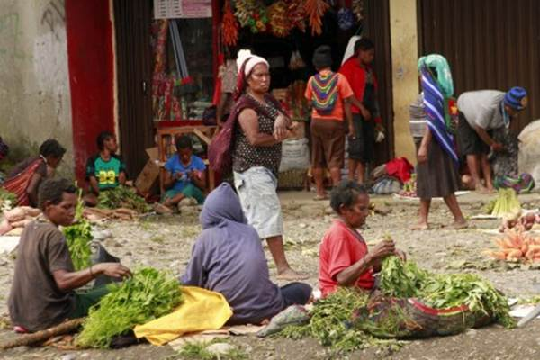 Sejumlah pedagang berjualan di Pasar Sinakma, Wamena, Papua, Rabu (2/10/2019). Pascaaksi unjuk rasa yang berujung anarkis, aktivitas perdagangan di sejumlah pasar di Wamena mulai kembali normal. - ANTARA/Iwan Adisaputra