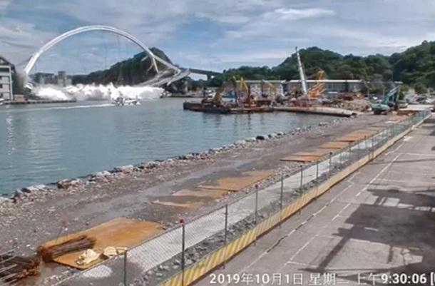 Jembatan runtuh di Kota Nanfangao, Yilan, Taiwan - Reuters