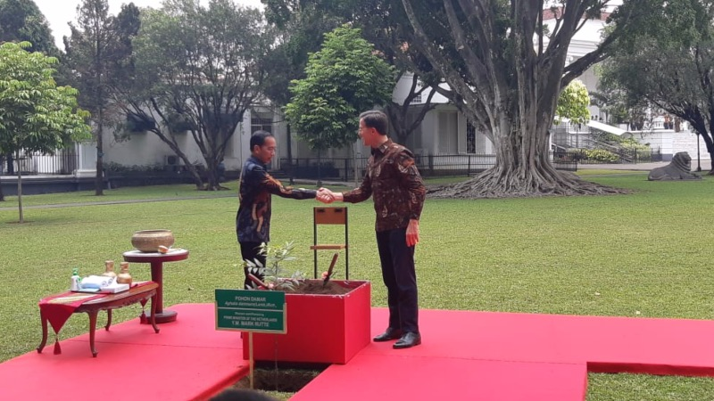 Presiden RI Joko Widodo berjabat tangan dengan Perdana Menteri Belanda Mark Rutte sebelum melakukan penanaman pohon damar di halaman Istana Kepresidenan Bogor, Jawa Barat, Senin (7/10/2019). - Bisnis/Yodie Hardiyan