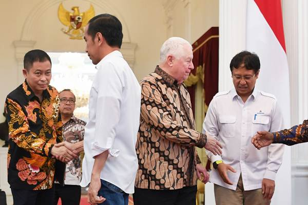Presiden Joko Widodo (kedua kiri) berjabat tangan dengan Menteri ESDM Ignasius Jonan (kiri) disaksikan CEO Freeport McMoRan Richard Adkerson (media kanan) dan Direktur Utama PT Indonesia Asahan Alumunium (Inalum) Budi Gunadi Sadikin seusai memberikan keterangan terkait pelunasan divestasi PT Freeport Indonesia di Istana Merdeka, Jakarta, Jumat (21/12/2018). - ANTARA/Wahyu Putro A