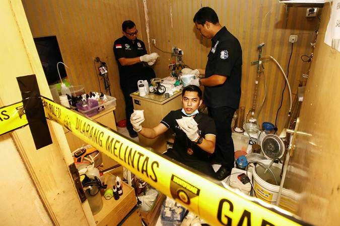 Ilustrasi-Petugas kepolisian melakukan olah TKP pabrik narkotika jenis sabu - ANTARA/Rivan Awal Lingga