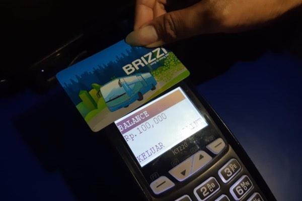 Untuk meningkatkan pelayanan transaksi nasabah, PT Bank Rakyat Indonesia (Persero) Tbk. menghadirkan Posko Mudik BRI. Di posko ini, pemudik bisa memfanfaatkan berbagai layanan, di antaranya membeli dan top up BRIZZI, mengunggah BRImo, penarikan uang tunai melalui mesin ATM, dan lainnya, Kamis (30/5/2019). - Bisnis/Tim Jelajah Jawa/Bali 2019