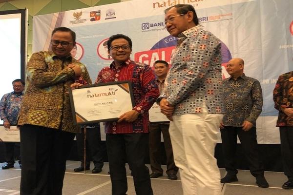 Wali Kota Malang Sutiaji (tengah) saat menerima penghargaan Natamukti dari International Council For Smart Bussines (ICSB) Galang UMKM Indonesia 2019 Edisi 4 di IPB Convention Centre, Bogor, Senin (7/10/2019). - Istimewa