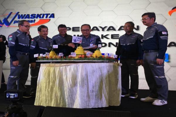 Manajemen merayakan HUT Ke-5 PT Waskita Beton Precast Tbk. di Cilegon, Banten, Senin (7/10/2019), ditandai dengan pemotongan nasi tumpeng. - Bisnis/Aprianus Doni T.