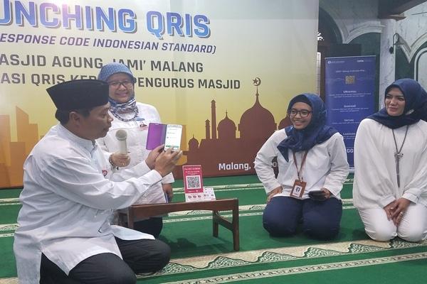 Kepala Perwakilan Azka Subhan Aminurridho (kiri) pada peluncuran penggunaan QRIS di Masjid Jami Malang, Senin (7/10/2019). - Bisnis/Choirul Anam