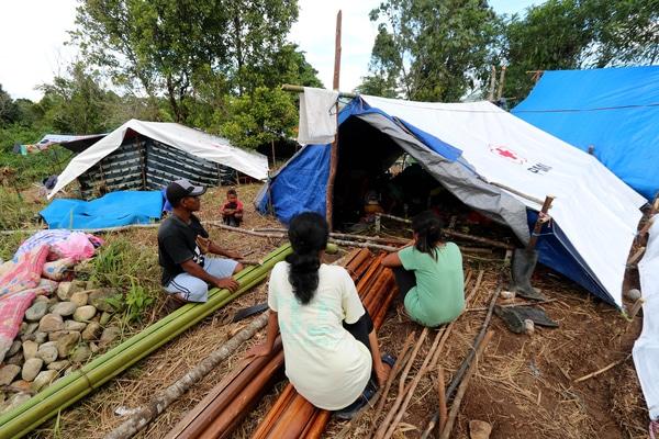 Sejumlah pengungsi korban gempa bumi memperbaiki tenda yang ditempatinya di lokasi pengungsian Desa Waai, Pulau Ambon, Kecamatan Salahutu, Kabupaten Maluku Tengah, Sabtu (5/10/2019). - Antara/Izaac Mulyawan