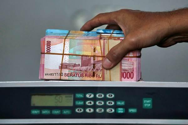Karyawan menghitung uang rupiah di sebuah money changer di Jakarta, Selasa (4/9/2018). - Reuters/Willy Kurniawan