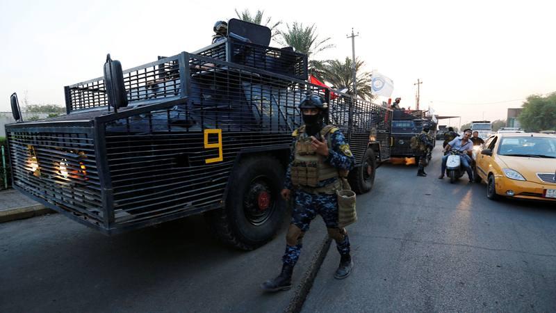 Seorang anggota polisi federal Irak terlihat di dekat kendaraan militer di sebuah jalan di Baghdad, Irak 7 Oktober 2019. - Reuters