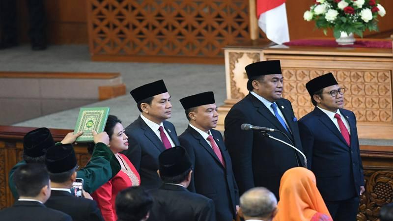 Rohaniwan mengambil sumpah pimpinan Dewan Perwakilan Rakyat (DPR) periode 2019-2024 Ketua Puan Maharani (kedua kiri), Wakil Ketua M Aziz Syamsuddin (ketiga kiri), Sufmi Dasco Ahmad (ketiga kanan), Rachmad Gobel (kedua kanan) dan Muhaimin Iskandar (kanan) saat pelantikan melalui Rapat Paripurna ke-2 Masa Persidangan I Tahun 2019-2020 di Kompleks Parlemen, Senayan, Jakarta, Selasa (1/10/2019). - Antara