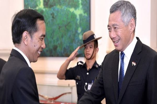 Presiden Joko Widodo (kiri) berjabat tangan dengan PM Singapura Lee Hsien Loong (kanan) di Singapura. - Antara