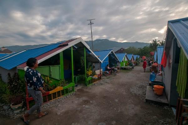 Sejumlah korban bencana beraktivitas di tenda pengungsian di shelter Lere, Palu, Sulawesi Tengah, Selasa (2/7/2019). Hingga sembilan bulan pascabencana gempa, tsunami, dan likuefaksi di Palu, Sigi, dan Donggala, dana stimulan bagi rumah yang rusak berat, rusak sedang, dan rusak ringan belum dicairkan kepada korban karena masalah validasi data penerima yang tak kunjung selesai. - ANTARA FOTO/Basri Marzuki