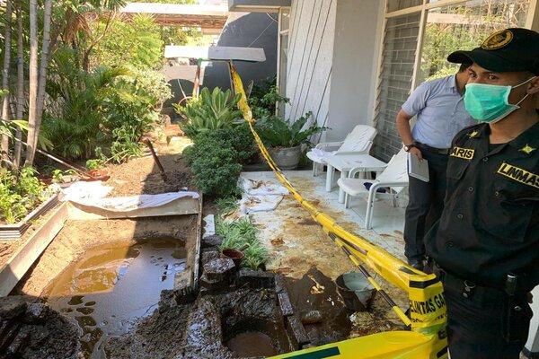 Petugas Linmas Pemkot Surabaya sedang menjaga lokasi semburan lumpur di halaman rumah Jl. Kutisari Indah Utara III/No.19 Surabaya, Selasa (24/9/2019). - Bisnis Peni Widarti