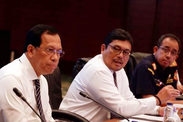Direktur Jenderal Pajak Kementerian Keuangan (Kemenkeu) Robert Pakpahan (dari kiri), Sekretaris Jenderal Kemenkeu Hadiyanto, dan Direktur Jenderal Bea dan Cukai Heru Pambudi memberikan penjelasan pada jumpa pers di Jakarta, Senin (2/4/2018). - JIBI/Nurul Hidayat