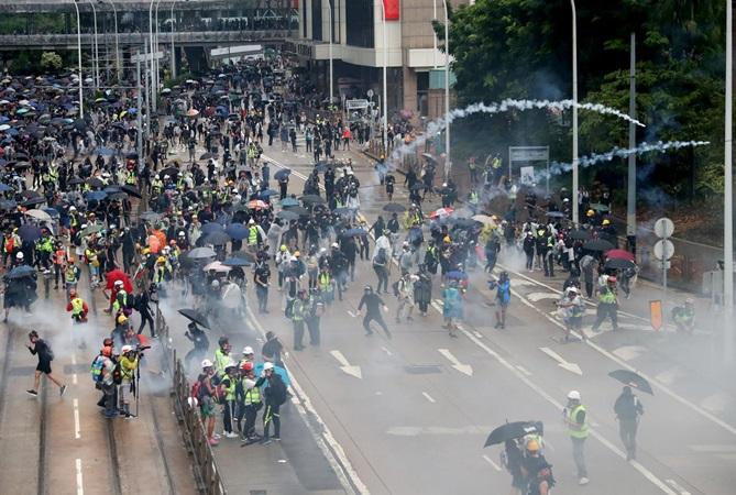 Demonstran anti pemerintah menghadiri demonstrasi di distrik Wan Chai, Hong Kong, China, Minggu (6/10/2019). - Reuters/Athit Perawongmetha