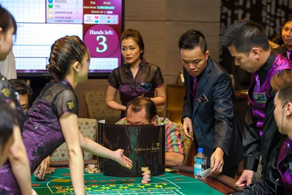 Ilustrasi sejumlah orang tengah bermain kasino - www.casinolifemagazine.com