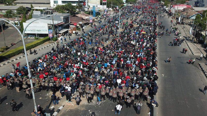Mahasiswa dari berbagai perguruan tinggi berkumpul di depan kantor DPRD Sulawesi Selatan Selasa (24/9) untuk berunjuk rasa menolak sejumlah RUU yang dianggap bermasalah. - Bisnis/Sitti Hamdana R