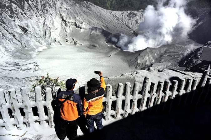 Kondisi kawah Ratu di puncak Gunung Tangkuban Parahu, Kabupaten Subang, Jawa Barat, Sabtu (27/7/2019). - Bisnis/Rachman