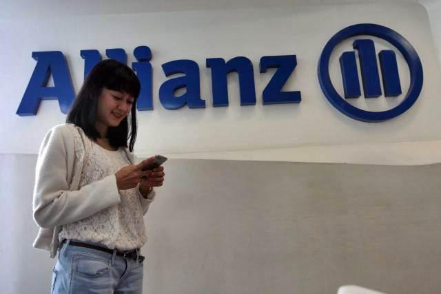 Nasabah beraktivitas di kantor Allianz Indonesia di Jakarta. - Bisnis/Dedi Gunawan