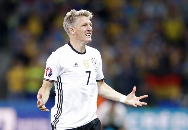 Bastian Schweinsteiger merayakan gol ke gawang Ukraina - Reuters
