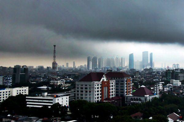 Awan tebal menggelayut di langit diatas Gedung Kawasan Jakarta Pusat, Jakarta, Senin (20/2). - Antara/Reno Esnir