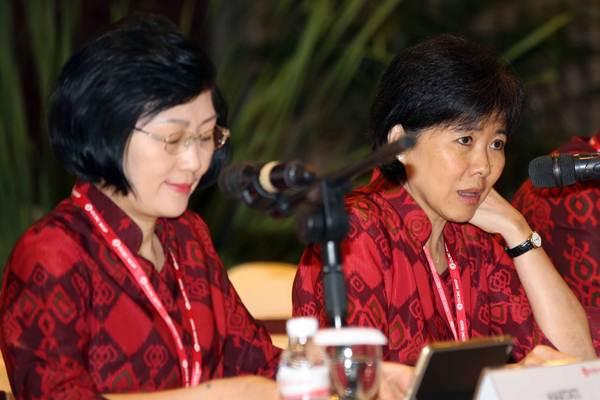 Presdir PT Bank OCBC NISP Tbk Parwati Surjaudaja (kanan) bersama Direktur Hartati memberikan penjelasan seusai RUPST, di Jakarta, Selasa (3/4/2018). - JIBI/Abdullah Azzam