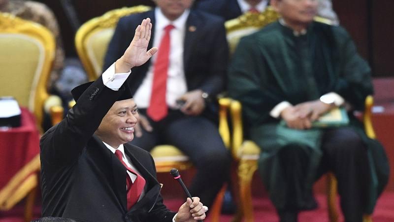 Ketua MPR terpilih Bambang Soesatyo melambaikan tangan di ruang Sidang Paripurna MPR, Kompleks Parlemen, Senayan, Jakarta, Kamis (3/10/2019). - Antara