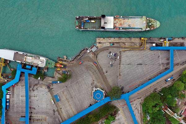 Suasana Pelabuhan Merak di Banten, Senin (31/12/2018). Arus penumpang dan kendaraan jelang Tahun Baru 2019 di pelabuhan tersebut terpantau lancar dan lengang. - ANTARA/Sigid Kurniawan