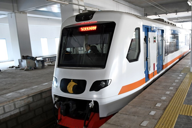 Masinis mengoperasikan kereta api (KA) Bandara Soekarno Hatta saat tiba di Stasiun Manggarai, Jakarta Selatan, Jumat (4/10). - ANTARA/Aditya Pradana Putra.
