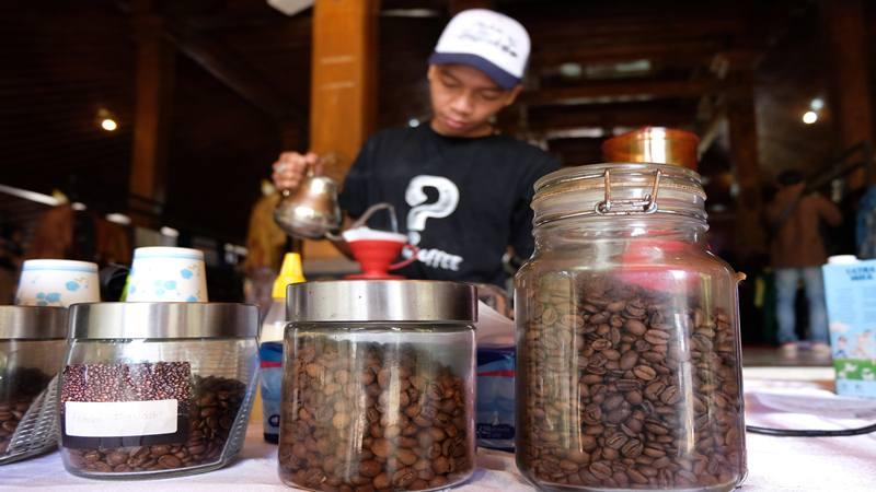 Barista meracik kopi di arena pameran Usaha Mikro Kecil dan Menengah (UMKM)