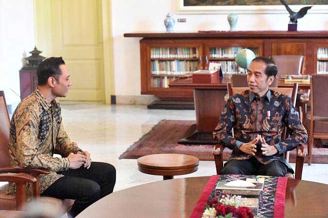 Presiden Joko Widodo (kanan) berbincang dengan Komandan Satuan Tugas Bersama (Kogasma) Partai Demokrat Agus Harimurti Yudhoyono (AHY) di Istana Bogor, Rabu (22/5/2019). - ANTARA/Akbar Nugroho Gumay