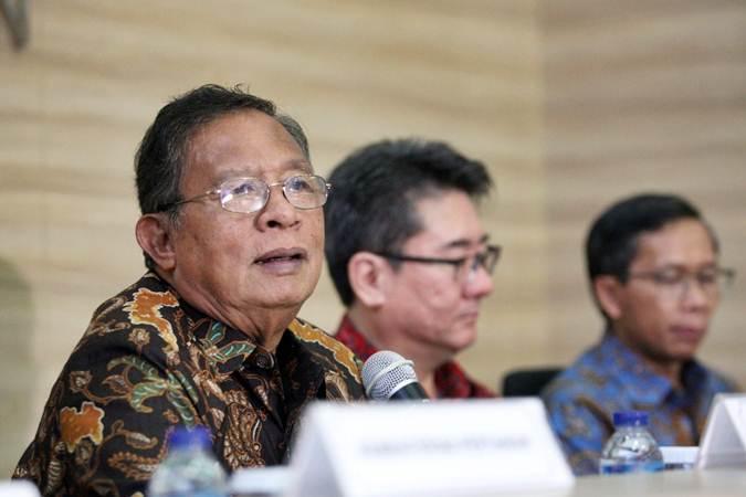 Menko Perekonomian Darmin Nasution (kiri) memberikan keterangan terkait hasil Special Ministerial Committe Meeting of The International Tripartite Rubber Council (ITRC) di Jakarta, Senin (25/2/2019). - Bisnis/Dedi Gunawan