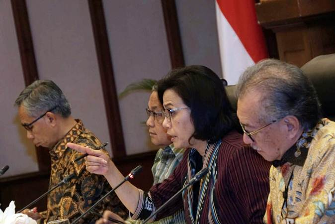 Menteri Keuangan Sri Mulyani (kedua kanan) didampingi Gubernur Bank Indonesia Perry Warjiyo (kedua kiri), Ketua Dewan Komisioner Otoritas Jasa Keuangan (OJK) Wimboh Santoso (kiri), dan Ketua Dewan Komisioner Lembaga Penjamim Simpanan (LPS) Halim Alamsyah memberikan paparan saat konferensi pers, di Jakarta, Selasa (30/7/2019). - Bisnis/Himawan L Nugraha