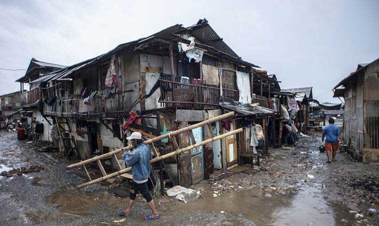Warga beraktivitas di permukiman semipermanen di Kampung Kerang Ijo, Muara Angke, Jakarta. - Antara/Aprillio Akbar