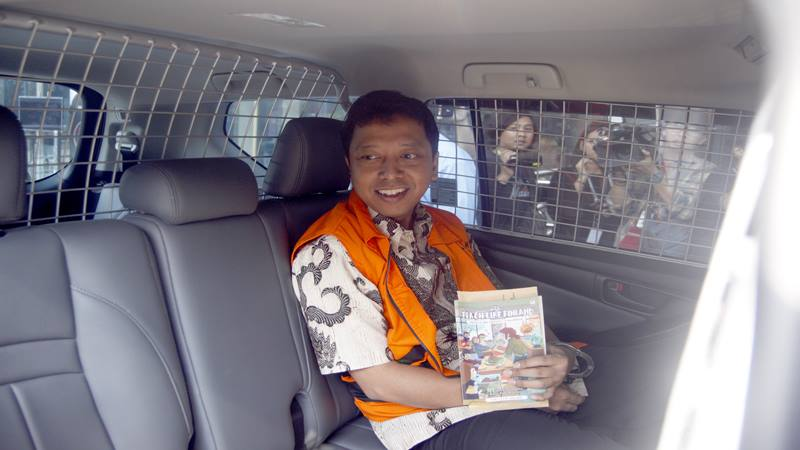Tersangka kasus dugaan suap terkait seleksi pengisian jabatan di Kementerian Agama, Romahurmuziy memasuki mobil tahanan setelah menjalani pemeriksaan di Gedung KPK, Jakarta, Kamis (20/6/2019). - Antara