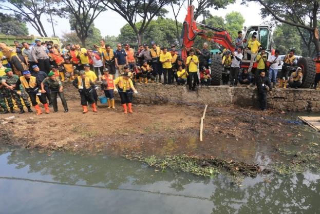 Pemerintah Kota Bandung maraton membersihkan sungai dan saluran air lainnya dari sedimentasi untuk mengantisipasi terjadinya banjir yang kerap menerpa saat musim hujan tiba. Gerakan ini disebut Mapag Hujan. - Bisnis/Dea Andriyawan