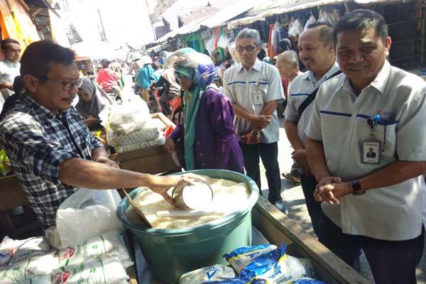 Kepala Bulog Divre Kalsel Arif Mandu saat mengecek stok kabutuhan pokok RPK di Pasar Lama