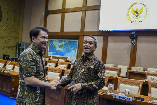 Wakil Ketua DPR M Aziz Syamsuddin (kiri) berbincang dengan Anggota DPR fraksi Partai Demokrat Benny Kabur Harman (kanan) sebelum rapat pimpinan fraksi - fraksi DPR di ruang Komisi VII, Komplek Parlemen, Senayan, Jakarta, Jumat (4/10/2019). Rapat tersebut membahas pemanfaatan ruang kerja dan rumah dinas bagi anggota DPR periode 2019-2024 - ANTARA FOTO/Galih Pradipta