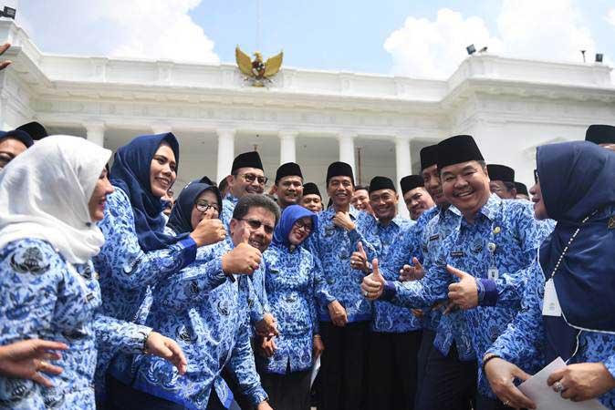 Presiden Joko Widodo (tengah) berfoto bersama anggota Korps Pegawai Republik Indonesia (Korpri) usai membuka Rakernas Korpri 2019 di Istana Merdeka, Jakarta, Selasa (26/2/2019). - ANTARA FOTO/Akbar Nugroho Gumay