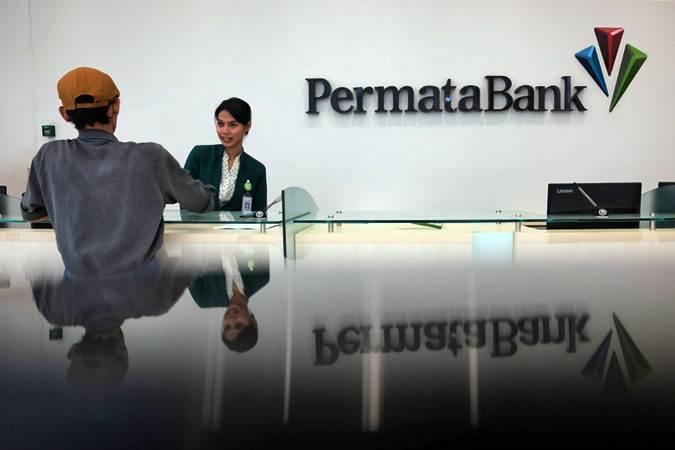 Nasabah bertransaksi di banking hall Bank Permata, di Jakarta, Kamis (27/6/2019). - Bisnis/Felix Jody Kinarwan