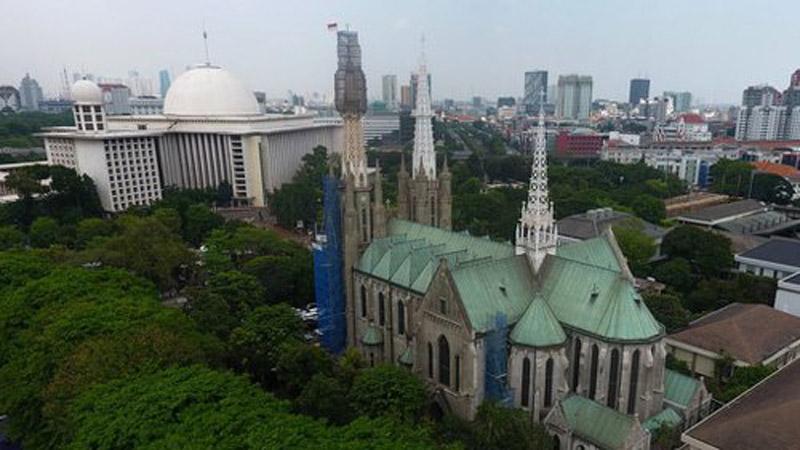 Masjid Istiqlal dan Gereja Katedral berdampingan di Jakarta, menjadi simbol kerukunan antarumat beragama. - Antara/Wahyu Putro