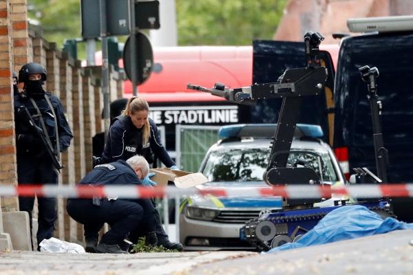 Polisi bekerja di lokasi penembakan di Halle, Jerman, Rabu (9/10/2019). - Reuters/Hannibal Hanschke