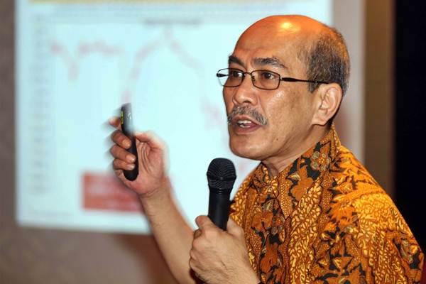 Pengamat Ekonomi Faisal Basri memaparkan materinya pada seminar Prediksi Ekonomi 2018: Economy and Capital Market Outlook 2018 dengan tema At The Crossroad, di Jakarta, Kamis (9/11). - JIBI/Abdullah Azzam