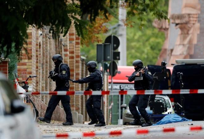 Petugas polisi bekerja di lokasi penembakan, di mana dua orang tewas, di Halle, Jerman 9 Oktober 2019. - Reuters