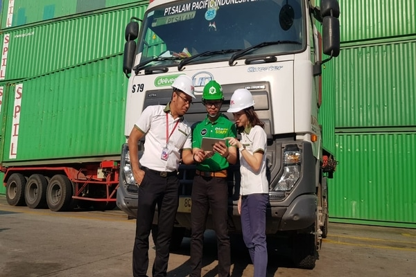 Axel Pangilinan Co-Head of Demand Deliveree Indonesia (tengah), memberikan penjelasan mengenai realtime tracking order pengiriman barang kepada Markus Marsidi, Branch Manager of SPIL Jakarta (kiri) dan Sirensia Siranica, Process Improvement Manager SPIL Jakarta (kanan). - Ist