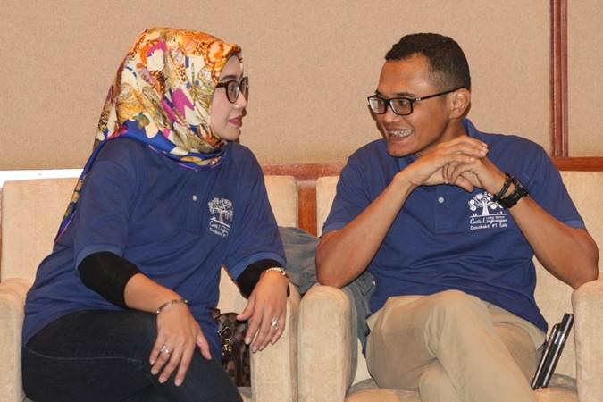 Direktur Utama PT Sarana Multi Infrastruktur (SMI) Emma Sri Martini (kiri) berbincang dengan Direktur Faaris Pranawa - Bisnis/Dedi Gunawan