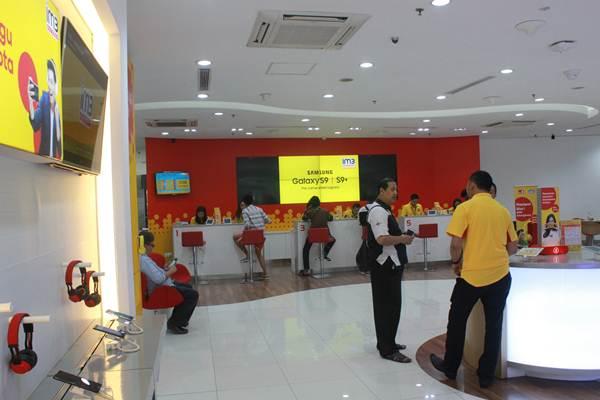 Susasana di gerai pelayanan pelanggan Indosat Ooredoo - Indosat